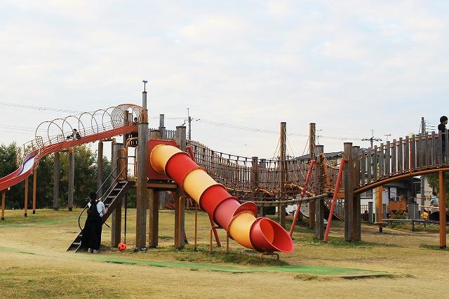 豊中市立ふれあい緑地へ行ってきた! 大型遊具と芝生広場のある広大な公園